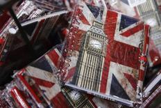 El selectivo de la bolsa española se mantenía cauto el miércoles a media jornada a un día de que los británicos decidan en las urnas si abandonan la Unión Europea o permanecen junto a sus socios comunitarios. En la imagen de archivo, cuadernos con el Big Ben y la bandera británica a la venta en Londres REUTERS/Luke MacGregor