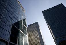 Небоскребы в деловом квартале Лондона. 26 октября 2015 года. Работники лондонских банков, которые рассматривают возможность переезда, если Великобритания проголосует за выход из Европейского союза, лишатся вплоть до 80 процентов зарплаты, перебравшись во Франкфурт-на-Майне или Париж, показали данные сайта Emolument, занимающегося сопоставлением зарплат. REUTERS/Reinhard Krause