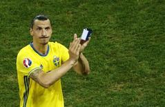 Ibrahimovic deixa campo após derrota da Suécia.  22/6/16.   REUTERS/Eddie Keogh