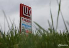 Логотип Лукойла на заправке в Москве 6 июня 2016 года. Лукойл планирует в 2017 году добыть 1,5 миллиона тонн нефти на Пякяхинском месторождении, сказал первый вице-президент по разведке и добыче компании Равиль Маганов на собрании акционеров в четверг. REUTERS/Maxim Shemetov