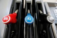Насадки к насосам на автозаправочной станции компании M10 в Твери. Цены на нефть выросли на волатильных торгах в четверг после того, как последние опросы, проведенные перед началом референдума в Британии, указали на вероятное сохранение страны в ЕС, что не принесет проблем мировой экономике. REUTERS/Maxim Zmeyev