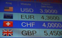 La cotización de las monedas, entre ellas la libra esterlina, aparecen en este monitor electrónico en una casa de cambio en Varsovia, Polonia, el 24 de junio de 2016. La libra esterlina se desplomó el viernes su menor nivel en tres décadas y las acciones de los grandes bancos de Londres registraron su mayor caída desde la crisis del 2008, luego de que la decisión británica de salir de la Unión Europea sacudió a los mercados financieros globales. REUTERS/Kacper Pempel