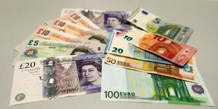 Британские фунты и евро. Фунт стерлингов упал на 10 процентов до минимума с 1985 года в пятницу, после того как Британия проголосовала за выход из Европейского союза, спровоцировав глобальное бегство в традиционно безопасные валюты - иену и швейцарский франк. REUTERS/Michaela Rehle