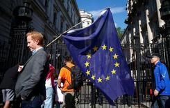 """Un hombre lleva una bandera de la Unión Europea luego de conocerse la victoria de la opción de abandonar la UE, en Londres. 24 de junio de 2016. China instó el viernes a Reino Unido y a la Unión Europea a alcanzar un acuerdo lo antes posible después de que los británicos votaron por abandonar el bloque, mientras que un influyente periódico estatal advirtió que ahora estaba convirtiéndose en un """"país pequeño"""". REUTERS/Neil Hall"""