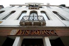 Les autorités boursières italiennes ont annoncé vendredi l'annulation de l'introduction en Bourse de Veneto Banca, une opération d'un milliard d'euros, et la reprise de la banque régionale par le fonds de soutien au secteur bancaire Atlante. /Photo prise le 31 janvier 2016/REUTERS/Alessandro Bianchi