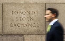 Мужчина у здания фондовой биржи в Торонто. 23 июня 2014 года. Золотодобывающая Nordgold российского миллиардера Алексея Мордашова, не оставляющая планов увеличить free-float в неопределенной перспективе, в случае резкого ухудшения   конъюнктуры на Лондонской фондовой бирже готова рассматривать альтернативные площадки, в том числе биржу Торонто, сообщила Рейтер пресс-служба со ссылкой на гендиректора компании. REUTERS/Mark Blinch