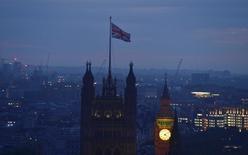 Рассвет над Лондоном 24 июня 2016 года. Великобритания проголосовала за выход из состава Европейского союза на историческом референдуме в четверг, его итоги вызвали крупнейшее глобальное финансовое потрясение со времен экономического кризиса 2008 года, но на этот раз процентные ставки во всем мире уже находятся на нуле или около нуля, лишая чиновников инструментов борьбы. REUTERS/Toby Melville