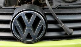 Volkswagen doit assurer aux automobilistes européens une indemnisation financière équivalente à celle prévue pour ses clients aux Etats-Unis, déclare la commissaire européenne à l'Industrie, Elżbieta Bieńkowska, dans un entretien publié dimanche par Welt am Sonntag. Le groupe automobile allemand pourrait conclure dans les jours à venir un accord de règlement amiable aux Etats-Unis prévoyant le versement de près de 10,3 milliards de dollars (9,3 milliards d'euros) d'indemnisations aux Etats-Unis. /Photo prise le 21 mai 2016/REUTERS/Michaela Rehle