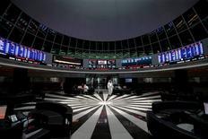 """Trader à la Bourse de Bahreïn, à Manama. Les remous boursiers et monétaires provoqués vendredi par le vote des Britanniques en faveur du """"Brexit"""" ont accru le sentiment d'inquiétude en Asie, où la Chine, le Japon et la Corée du Sud craignaient dimanche soir pour la stabilité financière internationale, à quelques heures de la réouverture des marchés. /Photo prise le 26 juin 2016/REUTERS/Hamad I Mohammed"""