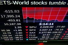 Pantallas electrónicas muestran las pérdidas del viernes en la Bolsa de Nueva York.  La volatilidad desatada por la decisión de Reino Unido de dejar  la Unión Europea generaba el domingo ansiedad en Asia pocas horas antes de la apertura de los mercados, especialmente en China, Japón y Corea del Sur que han centrado su atención en los riesgos para la estabilidad financiera global. Junio  24, 2016.  REUTERS/Lucas Jackson