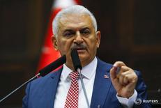 Премьер-министр Турции Бинали Йылдрым выступает в парламенте в Анкаре 24 мая 2016 года. Турция и Израиль достигли соглашения о нормализации отношений и как можно быстрее обменяются послами после шестилетнего разрыва связей, сказал в понедельник премьер-министр Турции Бинали Йылдырым. REUTERS/Umit Bektas