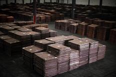 Cátodos de cobre, vistos en un almacen cerca del puerto Yangshan Deep Water, al sur de Shanghái, 23 de marzo de 2012. El cobre subió el lunes debido a que fondos y operadores revirtieron apuestas a corto plazo de precios más bajos por expectativas de estímulo económico, mientras que la apreciación del dólar presionó los precios de otros metales. REUTERS/Carlos Barria
