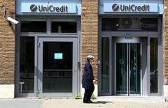 Le gouvernement italien se prépare à venir en aide à ses banques pour les protéger contre les retombées du référendum britannique sur l'Union européenne, qui a déclenché une chute des valeurs bancaires en Bourse. /Photo prise le 10 mai 2016/REUTERS/Tony Gentile