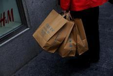 El crecimiento de las ventas minoristas se frenó bruscamente en mayo por el descenso de las ventas de alimentación y equipo personal, según datos presentados el martes por el Instituto Nacional de Estadística (INE). Imagen de una mujer con bolsas de Primark delante de un escaparate de H&M en Madrid. REUTERS/Susana Vera/Foto de archivo