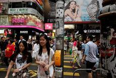 Покупатели в торговом районе Гонконга. Экономика Китая вырастет примерно на 6,6 процента в 2016 году и будет нуждаться в поддержке во второй половине года, чтобы противостоять понижательному давлению, сообщила Академия общественных наук КНР. REUTERS/Bobby Yip/File Photo