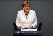 La canciller alemana Angela Merkel habla en la cámara baja del Parlamento, en Berlín, Alemania. 28 de junio de 2016. La canciller alemana, Angela Merkel, subrayó el martes la determinación de su país para mantener unos lazos estrechos con Reino Unido y para trabajar con el objetivo de fortalecer la Unión Europea tras la histórica votación británica a favor de dejar el bloque. REUTERS/Fabrizio Bensch