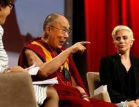 Dalai Lama e Lady Gaga durante evento político em Indianápolis, nos EUA. 26/06/2016 REUTERS/Chris Bergin