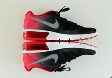 Nike annonce une hausse de son chiffre d'affaires au quatrième trimestre de son exercice au 31 mars 2016 et une prévision de croissance de ses commandes inférieures aux attentes des analystes. /Photo prise le 27 juin 2016/REUTERS/Mike Blake
