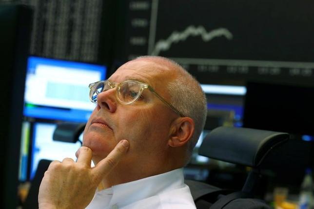 6月28日、欧州株式市場は3営業日ぶりに反発して取引を終えた。写真はフランクフルト証券取引所のトレーダー、24日撮影(2016年 ロイター/Ralph Orlowski)