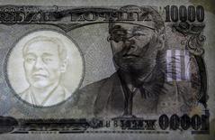 El primer ministro de Japón, Shinzo Abe, instó el miércoles al banco central a brindar fondos al mercado para garantizar la liquidez y mantener a la economía funcionando tras la inesperada decisión de Reino Unido de salir de la Unión Europea. En la imange, un billete de 10.000 yenes en el Museo de la Moneda del Banco de Japón en Tokio, 18 de noviembre de 2015. REUTERS/Thomas Peter/File Photo