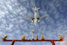 Самолет садится в подмосковном аэропорту Шереметьево 28 марта 2012 года. Российские авиакомпании снизили перевозки пассажиров в мае на 14 процентов в годовом выражении, сообщило в среду Федеральное агентство воздушного транспорта (Росавиация). REUTERS/Maxim Shemetov