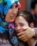 Родственники одного из погибших при взрыве в аэропорту Стамбула; 29 июня 2016 года. Атака смертников унесла десятки жизней в аэропорту столицы Турции. REUTERS/Osman Orsal
