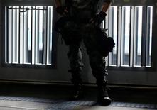 Policial militar durante exercício no centro do Rio de Janeiro.   09/06/2016       REUTERS/Ricardo Moraes