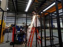 Una persona trabajando en la fábrica Gottert, en Garín, Argentina. 20 de mayo de 2016. El Producto Interno Bruto (PIB) de Argentina creció un 0,5 por ciento en el primer trimestre del 2016, dijo el miércoles el Instituto Nacional de Estadística y Censos (Indec), un dato que se ubicó muy por encima de lo esperado por analistas. REUTERS/Enrique Marcarian  - RTX2FD1O