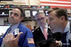 Трейдеры на торгах Нью-Йоркской фондовой биржи 28 апреля 2016 года. Американские фондовые индексы продемонстрировали рекордный рост в среду вторую сессию подряд, поскольку инвесторы продолжили покупать подешевевшие активы, оценивая последствия неожиданного решения Великобритании покинуть Евросоюз. REUTERS/Brendan McDermid