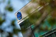 Intel, qui a annoncé en avril la suppression de 12.000 postes dans le monde, confirme son projet de fermer ses cinq sites français de recherche et développement. /Photo d'archives/REUTERS/Mike Blake