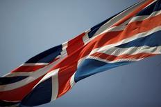 El gobernador del Banco de Inglaterra, Mark Carney, dijo que el banco central probablemente necesitará inyectar más estímulos a la economía británica en el verano tras el impacto por la decisión de Reino Unido de abandonar la Unión Europea en un referéndum la semana pasada.   En la imagen, una bandera británica en la frontera entre España y Gibraltar, el 27 de junio de 2016. REUTERS/Jon Nazca