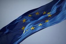La agencia de calificación Standard & Poor's bajó el jueves la calificación de largo plazo para la Unión Europea a 'AA' desde 'AA+', después de que el Reino Unido votó por dejar el bloque la semana pasada, lo que sacudió a los mercados mundiales. En la imagen, una bandera de la UE en Gibraltar, el 27 de junio de 2016.. REUTERS/Jon Nazca