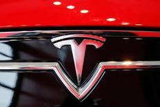 """Tesla Motors, à suivre vendredi sur les marchés américains. Une enquête préliminaire est ouverte aux Etats-Unis sur 25.000 exemplaires de la Model S, l'un des modèles du constructeur de voitures électriques, à la suite du décès accidentel d'un automobiliste qui avait actionné le mode """"pilotage automatique"""". /Photo d'archives/REUTERS/Lucas Jackson"""