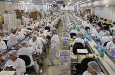 Funcionários trabalhando em fábrica em São Paulo.    26/02/2015     REUTERS/Paulo Whitaker