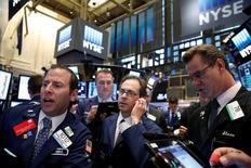 Operadores trabajando en la Bolsa de Nueva York. 30 de junio de 2016. Las acciones subían el viernes en Wall Street por cuarta jornada consecutiva, ya que la mejora de las expectativas de un aumento de estímulo por parte de los bancos centrales del mundo mejoró la confianza de los inversores. REUTERS/Brendan McDermid