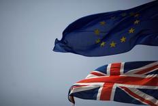 La bandera del Reino Unido y de la Unión Europea ondeando en el territorio de Gibraltar, históricamente reclamado por España. 27 de junio de 2016. Barclays rebajó el viernes sus previsiones sobre el precio del crudo, citando una reducción de las expectativas de crecimiento en la economía global y de demanda de petróleo tras la reciente votación británica para abandonar la Unión Europea. REUTERS/Jon Nazca