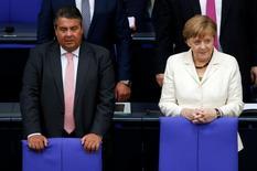 Sólo una semana después de que los británicos votasen a favor de abandonar el bloque, el ministro de Economía alemán, Sigmar Gabriel, ha pedido que se recorte el número de comisarios comunitarios y que Bruselas reconsidere como distribuye el presupuesto. Imagen del ministro de Economía alemán Sigmar Gabriel (a la izquierda) y la canciller Angela Merkel durante un debate sobre las consecuencias del Brexit durante una votación del Bundestag en Berlin, Alemania, el 28 de junio de 2016.    REUTERS/Fabrizio Bensch