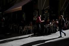 La confianza en la zona euro cayó a un mínimo de 18 meses en julio, según un sondeo publicado el lunes ya que inversores y analistas temen un gran revés económico como consecuencia del referéndum británico que acordó el mes pasado la salida de la Unión Europea. En la imagen de archivo, un camarero sirve en una terraza en Madrid.  REUTERS/Susana Vera