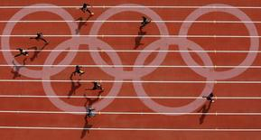 Athletes compete during a men's 400m heat of the athletics competition in the National Stadium at the Beijing 2008 Olympic Games August 18, 2008.     REUTERS/Kim Kyung-Hoon