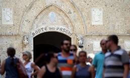 La Banque centrale européenne a envoyé une lettre à Monte dei Paschi di Siena lui demandant de réduire de 30% le montant de ses créances douteuses au cours des trois prochaines années. La banque italienne doit ramener ses prêts à risque à 32,6 milliards d'euros en 2018, contre 46,9 milliards en 2015. /Photo prise le 2 juillet 2016/REUTERS/Stefano Rellandini