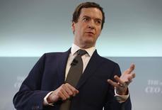 Le ministre britannique des Finances George Osborne prévoit d'abaisser l'impôt sur les sociétés en-dessous de 15% pour réduire les conséquences de la décision des Britanniques de sortir de l'Union européenne sur les investissements, écrit dimanche le Financial Times. /Photo prise le 28 juin 2016/REUTERS/Neil Hall