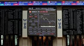 La constructora española FCC saldrá del Ibex-35 a partir del lunes 18 de julio con motivo de la opa del empresario mexicano Carlos Slim, dijo el lunes el comité asesor técnico del principal índice bursátil español.  En la imagen, pantallas electrónicas en la Bolsa de Madrid, el 24 de junio de 2016.  REUTERS/Andrea Comas