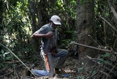 Raimundo Mendes de Barros, 71, se prepara para cortar seringueira em reserva extrativista em Xapuri, no Acre 22/06/2016 REUTERS/Ricardo Moraes