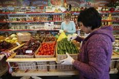 Продавцы сортируют овощи в магазине подмосковных Химок. Индекс потребительских цен в России в июне 2016 года вырос на 7,5 процента к аналогичному периоду предыдущего года и на 0,4 процента к предыдущему месяцу, сообщил Росстат. REUTERS/Maxim Zmeyev (RUSSIA - Tags: BUSINESS FOOD)