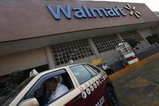 Un taxista espera afuera de un supermercado Wal-Mart en Ciudad de México. 11 de enero de 2013. La compañía estadounidense de servicios de pago Western Union dijo el martes que firmó un acuerdo con la gigante minorista Wal-Mart de México (Walmex) para ofrecer sus servicios de transferencia de dinero en las tiendas de la mayor cadena de supermercados del país latinoamericano. REUTERS/Edgard Garrido