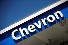 El logotipo de Chevron en Los Ángeles, California, EEUU, el 12 de abril de 2016. Kazajistán y un grupo de empresas petroleras liderado por la estadounidense Chevron aprobaron un plan de 36.800 millones de dólares para aumentar la producción del yacimiento Tengiz del país de Asia Central, una inversión importante e infrecuente en un sector golpeado por los bajos precios del crudo y que impulsará la economía local. REUTERS/Lucy Nicholson