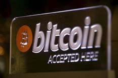 La Commission européenne a présenté mardi de nouvelles mesures contre le blanchiment des capitaux et l'évasion fiscale dont un meilleur contrôle des monnaies virtuelles comme les bitcoins et des cartes de prépayées. /Photo d'archives/REUTERS/David Gray