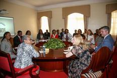 Madonna (D) se encontra com primeira-dama do Quênia Kenyatta (E) e autoridades em Nairóbi.  4/7/2016.  REUTERS/Divulgação