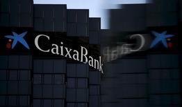 Caixabank ha estimado en 1.250 millones de euros el impacto en sus cuentas de la eliminación retroactiva de las cláusulas suelo en sus cuentas. En la imagen, el logo de Caixabank reflejado, en la sede del banco en Barcelona, 18 de abril de 2016. REUTERS/Albert Gea/File Photo