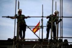 La producción industrial bajó un 0,5 por ciento mensual en mayo tras una contracción del 0,1 por ciento en el mes anterior, según datos del Instituto Nacional de Estadística publicados el miércoles. En la foto, unos trabajadores en un andamio en Sevilla el 28 de abril de 2016. REUTERS/Marcelo del Pozo